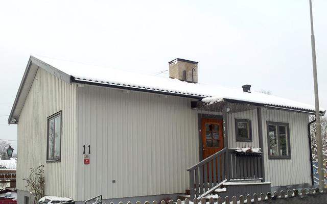 Vit, enplanshus med mansardtak, före taklyftet.