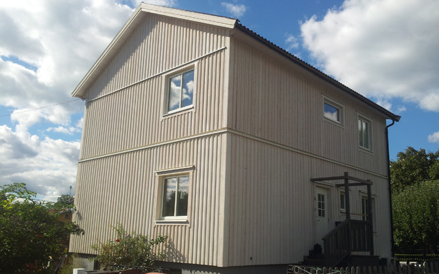 Vit, tvåplanshus med sadeltak, efter taklyftet med ny takvåning.