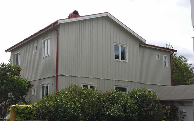 Tvåplanshus med vinkel och sadeltak, efter taklyftet med ny takvåning.