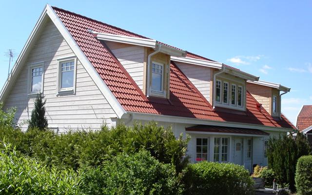 Vitt, tvåplanshus med sadeltak, efter taklyftet med ny takvåning.