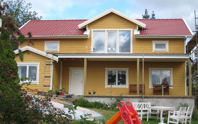 Gul, tvåplanshus med sadeltak och kupa, efter taklyftet med ny takvåning.