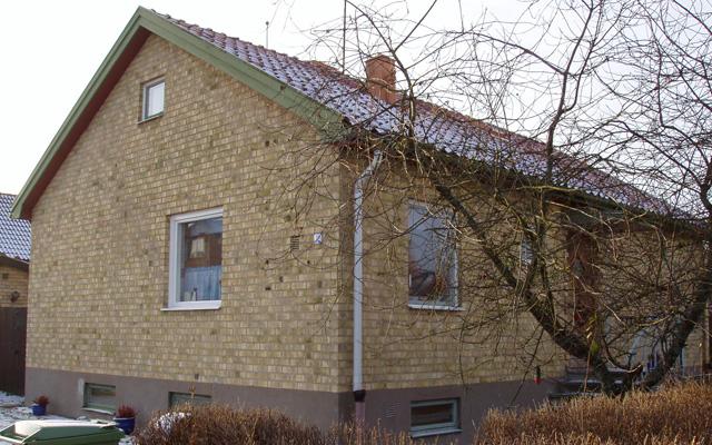 Tegelhus med sadeltak, före taklyftet.