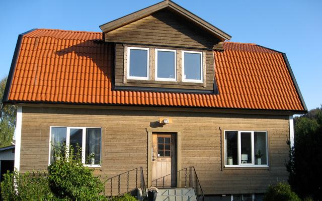 Brunt, tvåplanshus med mansardtak och kupa, efter taklyftet med ny takvåning.