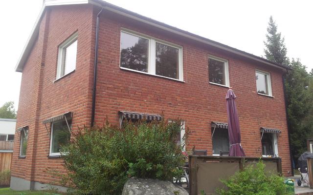 Tvåplanshus i tegel med sadeltak, efter taklyftet med ny takvåning.